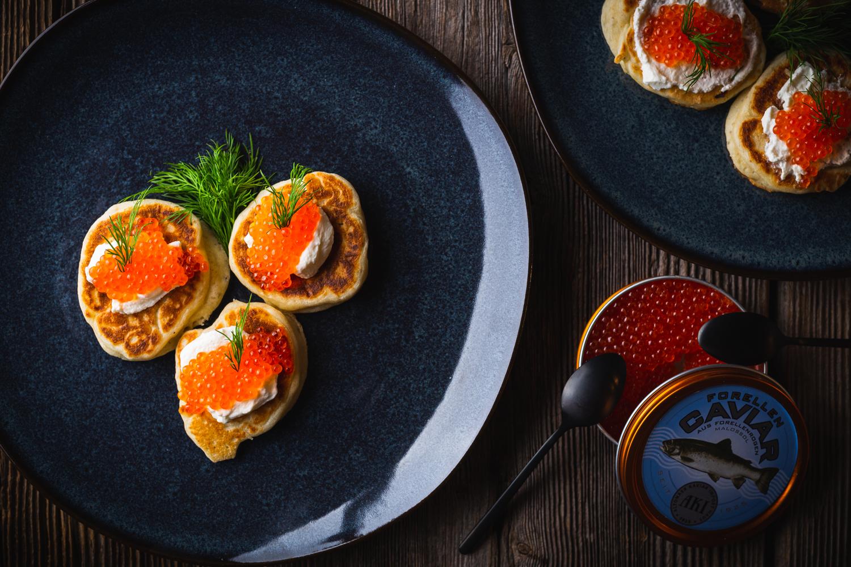 Russische Blini mit Forellenkaviar
