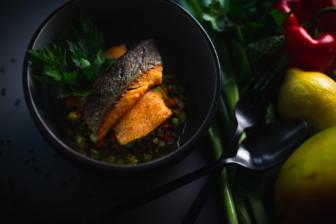 Lachsforelle mit fruchtigem Mango-Linsen-Salat